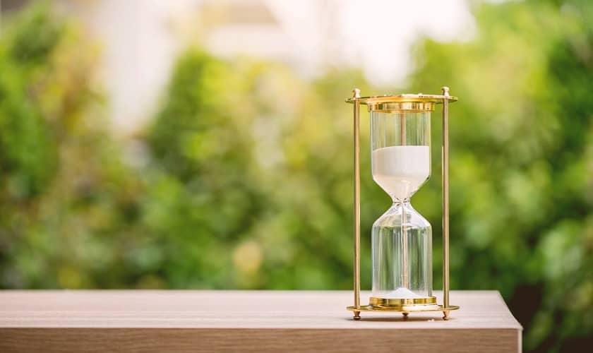 Песочные часы, символизирующие короткий срок.
